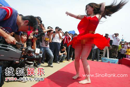 La Hermana Hibisco en una de sus exhibiciones públicas (vía http://www.sinorank.com/sohu/)